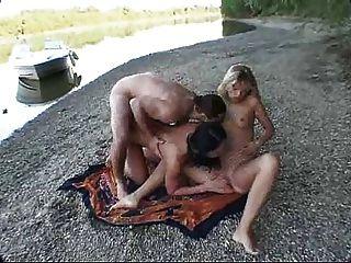 Las dos chicas más calientes de bikini follando en un barco