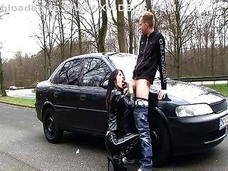 Perra de latex alemana (sexo al aire libre de hablar sucio)