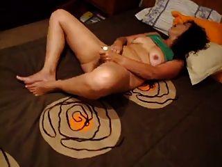 Ella sabe cómo masturbarse.(Esposa aficionada portuguesa)