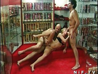 Milf anal francés follada en trío en una sexshop