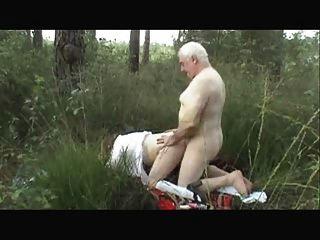 Pareja de ancianos fuera del sexo desgaste tweed