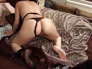 British slut avalon juega con ella misma en la cama