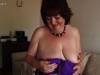 La madre amateur rechoncha toying su vagina vieja