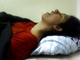 Muchacha india que tiene orgasmo.Buena expresiónDesnudo