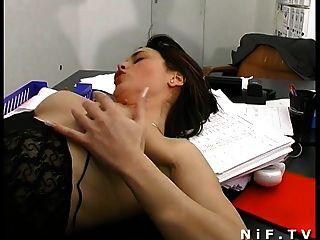 Secretaria francesa sodomizada sobre el escritorio mientras ella está soplando