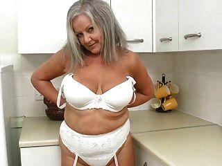 Abuela caliente en la cocina