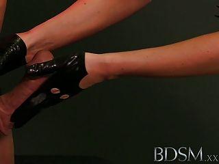 Bdsm xxx esclavo niño en acciones de metal como él recibe anal