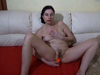 Penetrando a abuela hasta que el culo y el coño le