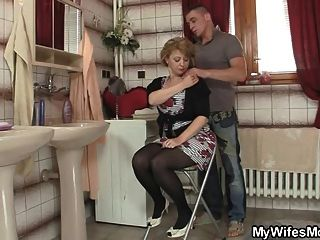 Su esposa sale y él golpea a su mamá