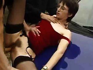 Mujer francesa le gusta chupa y follando en público