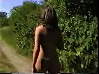 Caliente mujer desnuda paseo por el ferrocarril