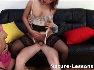 Lección de sexo anal de la vieja puta para joven pareja.
