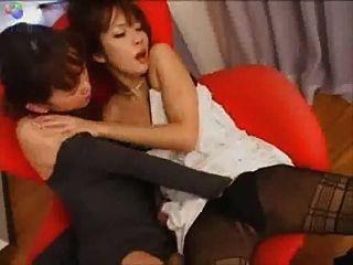 Silla de lesbianas japonesa besos