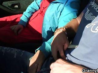 Abuelita puta es clavado en el coche por un extraño