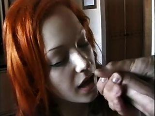 Linda chica de cabeza roja chupa polla a chorros
