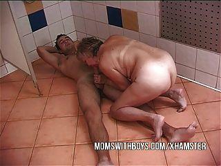 Vieja puta y joven perno en la acción de la ducha