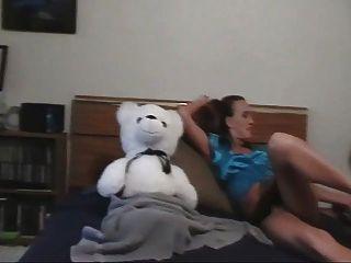 Una niña y su osito de peluche