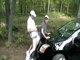 Me folló por encima del capó de su coche.¡caliente!