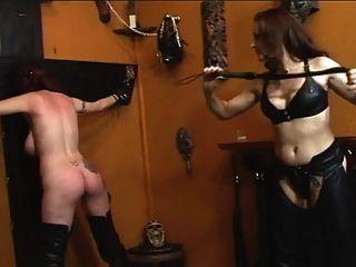 Linda pelirroja obtiene dominada por pelirroja en cuero negro