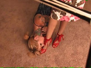 Señora víspera pisoteando a una niña.Pisoteo y adoración de los pies