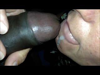 Mamá caliente abre la boca al gusto y traga esperma negro