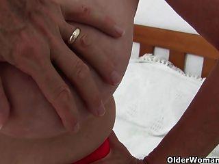 Abuelita con tetas grandes obtiene el dedo follada por el fotógrafo