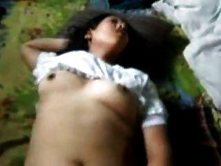 Muchacha india que gime fuertemente mientras que fucked y fisted
