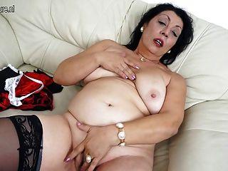 La vieja mamá ama conseguir mojada en su sofá
