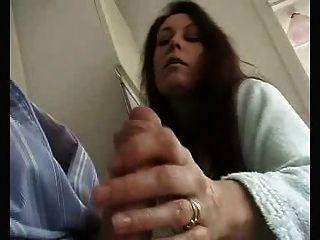 ¡La esposa británica da wank sensual y chupa al marido!