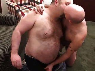 Dos bears lo pasan en grande con biberon final