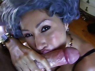 Mamá me cogió masturbándose en su sujetador ... it4