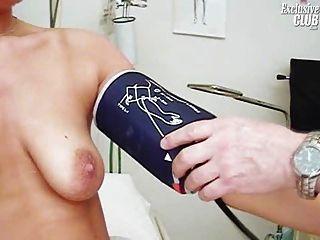 Janelle joven mamá teniendo su espéculo gyno coño examinado