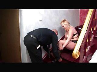 Mamá alemana follada en las escaleras