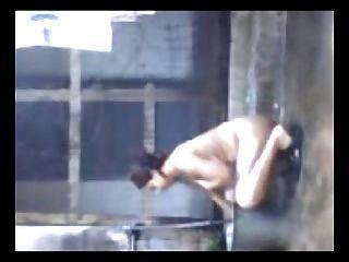 Desi aunty bañándose y follando