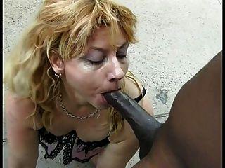 Linda mujer rubia blanca chupa el enorme polla negro sobre este tipo afortunado