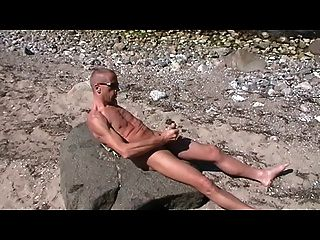 Gay henndrik solo playa desnuda cum sobre piedra