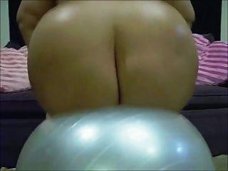 Emo bbw barbi muñeca está rebotando en una pelota de yoga
