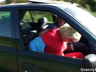 Abuelita se atornilla en el coche