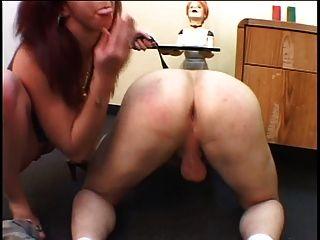 Morena hottie toma su culo chicos con una correa en