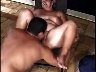 Dos chubby chupa y folla con hombre diferente