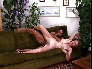 Peludo mamá italiana follada en el coño y el culo en el sofá