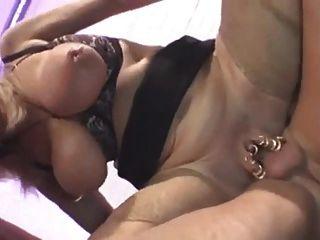 Rubia enormes tetas abuelita en trío anal