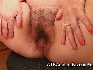 Nina tira y extiende su manguito peludo