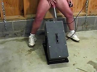 Madura con grandes chorros de clítoris mientras jodido por la máquina