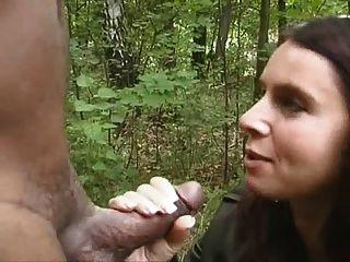 Hotwife chupar negro en el bosque