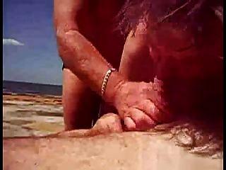 Ayudarlo a cum en la playa