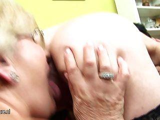Adolescente embarazada recibe el lezzed de dos madres maduras
