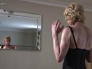 Abuelita mostrando su cuerpo viejo pero todavía caliente