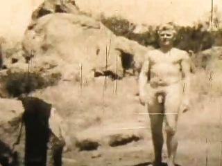 El nudista masculino se mantiene en forma