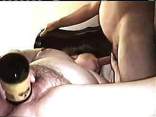 Gran da un bj mientras masturbabting usando una botella